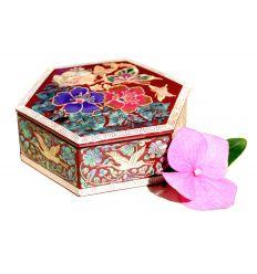 Le couvercle de la boite est décorée avec des fleurs de camélias et des papillons en nace abalone