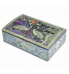 Le couvercle de la boite est décoré d'un couple de hérons avec un paysage asiatique