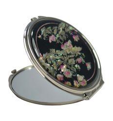 Le couvercle du miroir est décorée avec des plants de pavots en nacre coloré