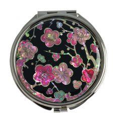 Les différentes nuances de rose en les fleurs de prunier en nacre sont sublimes.