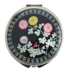 Le couvercle du miroir est décoré de fleurs de chrysanthèmes colorés