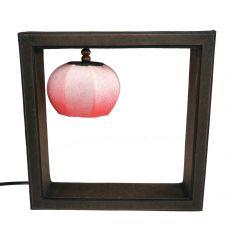 Lampes en papier rose dans un cadre carré
