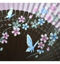Très bel éventail rose en tissu avec des dessins de papillons