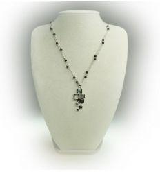 Le pendentif de ce bijoux est très original grâce à son design cubique
