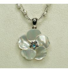 Le pendentif en forme de fleur à cinq pétales est réalisé en nacre blanche et le centre est en cristaux