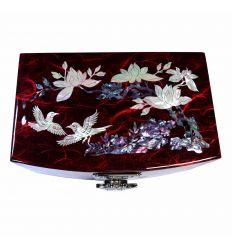 Le dessus du coffret est décoré d'une belle illustration nacrée d'un pruniers en fleurs