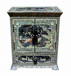 Les décorations asiatiques sur cette petite armoire à bijoux sont splendides