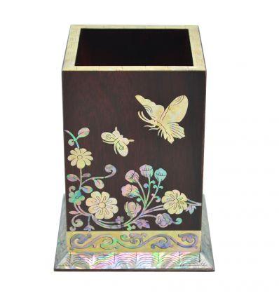Les cotés de ce pot à crayons est décorés avec de belles fleurs de chrysanthème et des papillons