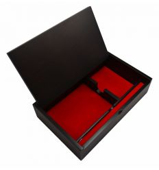 Le couvercle de la boite de rangement est décoré avec des dessins réalisés en nacre blanche