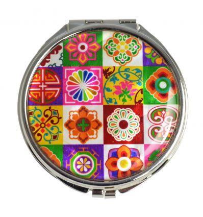 Une belle arabesque colorée décore le couvercle du miroir