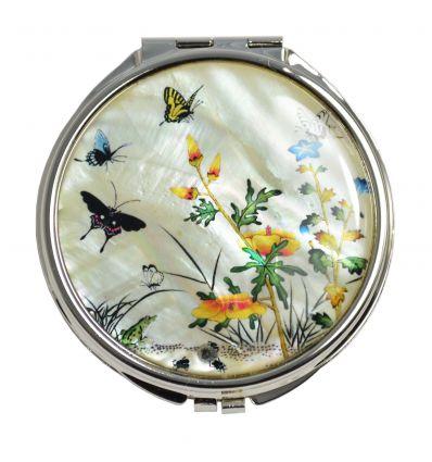 La nacre blanche qui décoré le couvercle du miroir offre une élégance particulière à ce miroir de poche.