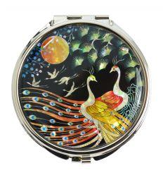 Le couvercle du miroir de poche est décoré avec une ravissante illustration nacrée d'un couple de paons