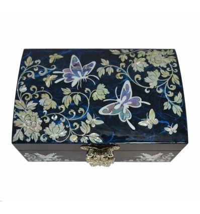 Le dessin sur le couvercle de la boite à bijoux est un couple de papillon et des fleurs de pivoines