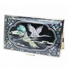 Le couvercle du porte-cartes de visite est décoré d'un couple de hérons en nacre blanche