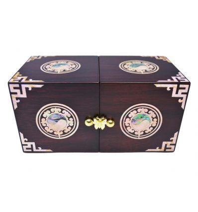 Les finitions nacrées de cette originale boite à bijoux en bois sont sublimes