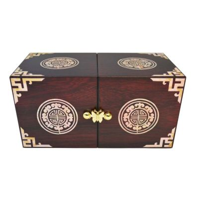 La boite à bijoux est décorée d'un sceau coréen en nacre blanche