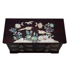 Chaque tiroir est décoré d'une image de plantes en nacre