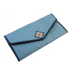 Il est réalisé avec un tissu brocart de couleur bleu métallisé