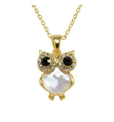 Le pendentif hibou est réalisé en nacre blanche, les yeux sont en cristaux noir entouré de cristaux blanc