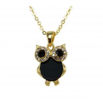 Le pendentif en forme d'hiboux est réalisé avec de l'onyx noire et décoré avec de cristaux autour des yeux