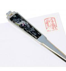 L'ouvre-lettre dragon est réalisé en inox avec des dessins en nacre naturelle