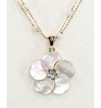 Le pendentif en forme de fleur à cinq pétales est réalisé en nacre blanche et le centre est en cristaux sur un fond doré