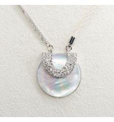 Beau pendentif de nacre de forme ronde décoré avec des cristaux