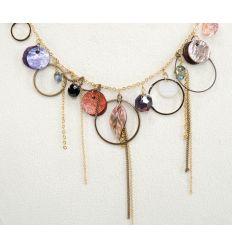 Le pendentif est hautement décoré avec plusieurs éléments aux couleurs éclatentes