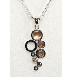 Parure de bijoux fantaisie, le collier est réalisé avec des inserts de nacre noire dans des ronds de métal.
