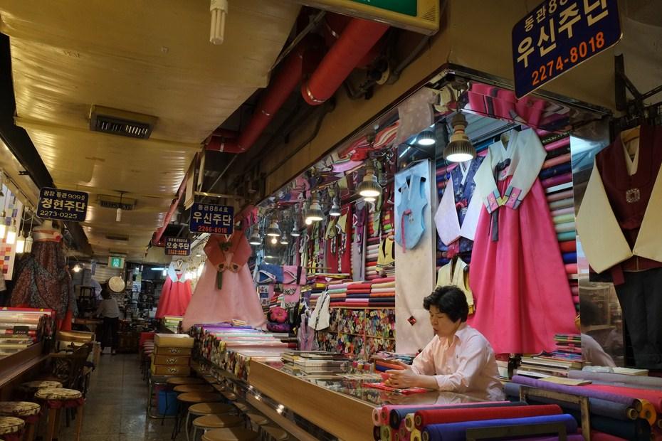 Le marché de tissu de Gwangjang et hambok